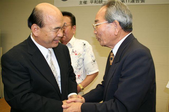 韓昱洙会長と握手