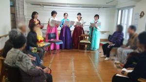 歌っているメンバー