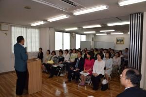 日本語レベルを高めるようメッセージを語る大塚会長