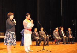 閉会式で総評を述べる李榮光審査委員長
