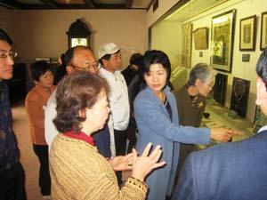 展示物を見学する参加者