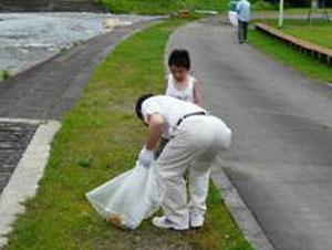 親子でゴミ拾い