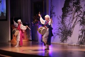 日本の少年二人が韓国の太鼓の踊りを公演