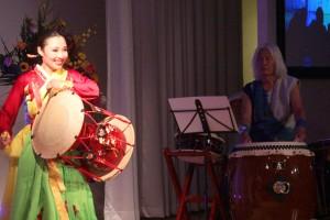 乙倉俊さんによる日本の伝統和太鼓の公演と韓国舞踊の長鼓の合同演奏