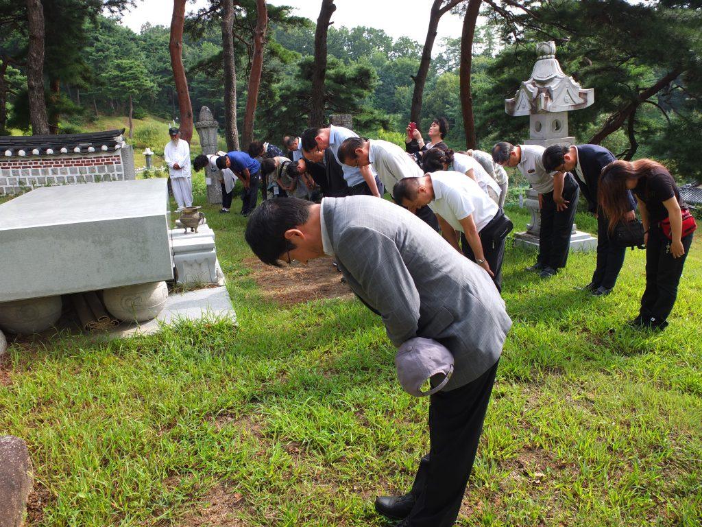 敬礼を捧げる